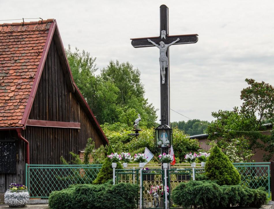 Przydrożny krzyż drewniany z kapliczką. Ruda Sułowska, gmina Milicz, powiat milicki.
