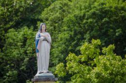 Figura Matki Boskiej na kolumnie kapliczki przydrożnej. Sułów, gmina Milicz, powiat milicki.