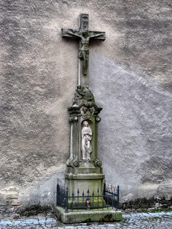 Kamienny krzyż, w formie kapliczki, przy kościele św. Mikołaja. Wiązów, powiat strzeliński.