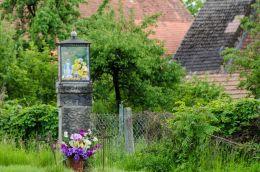 Przydrożna kapliczka oszklona na kamiennym postumencie. Mokrzeszów, gmina Świdnica, powiat świdnicki.