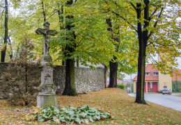 Krzyż przydrożny, kamienny stojący obok kościoła św. Anny. Grodziszcze, gmina Świdnica, powiat świdnicki.