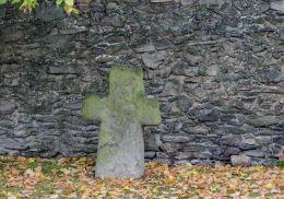 Krzyż pokutny w murze otaczającym kościół św. Anny. Grodziszcze, gmina Świdnica, powiat świdnicki.
