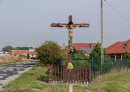 Krzyż przdrożny, drewniany przy wjeździe do wsi. Komorów, gmina Świdnica, powiat świdnicki.