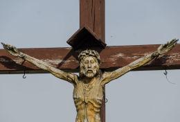 Krzyż przdrożny drewniany, figura Chrystusa. Komorów, gmina Świdnica, powiat świdnicki.