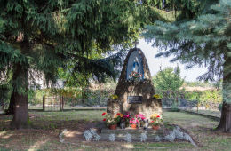 Przydrożna kapliczka, grota z 1982 r. Komorów, gmina Świdnica, powiat świdnicki.