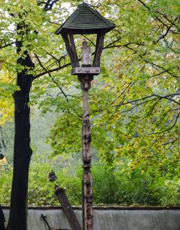 Drewniana kapliczka na słupku z figurą Jezusa Frasobliwego. Krzyżowa, gmina Świdnica, powiat świdnicki.
