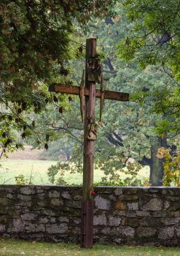 Krzyż drewniany. Krzyżowa, gmina Świdnica, powiat świdnicki.