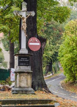 Krzyż przydrożny, kamienny. Napis: Krzyż stoi a świat się zmienia. Lutomia Dolna, gmina Świdnica, powiat świdnicki.