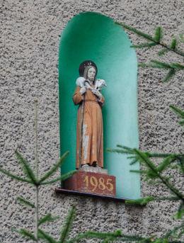 Kapliczka w szczytowej ścianie plebani kościoła Przemienienia Pańskiego. Lutomia Dolna, gmina Świdnica, powiat świdnicki.
