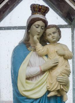 Oszklona kapliczka z figurą Matki Boskiej z Dzieciątkiem. Lutomia Dolna, gmina Świdnica, powiat świdnicki.