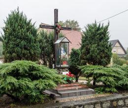 Kapliczka na krzyżu przydrożnym. Lutomia Górna, gmina Świdnica, powiat świdnicki.