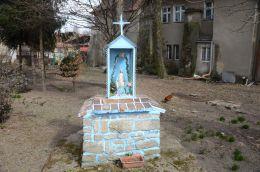 Przydrożna kapliczka stojąca na skrzyżowaniu dróg w centrum wsi. Mikoszowa, gmina Żarów, powiat świdnicki.