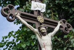 Figura Chrystusa na przydrożnym krzyżu przy ulicy Tadeusza Kościuszki. Milikowice, gmina Jaworzyna Śląska, powiat świdnicki.