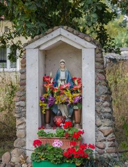 Przydrożna kapliczka przy ulicy Tadeusza Kościuszki. Milikowice, gmina Jaworzyna Śląska, powiat świdnicki.