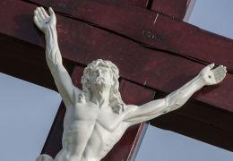 Figura Chrystusa na krzyżu stojącym na rozstaju polnych dróg. Milikowice, gmina Jaworzyna Śląska, powiat świdnicki.