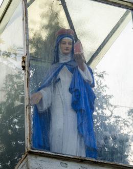 Figura św. Kingi na szczycie przydrożnej kapliczki kolumnowej. Mokrzeszów, gmina Świdnica, powiat świdnicki.