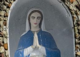Fragment kapliczka przydrożnej stojącej na rozstaju dróg. Mokrzeszów, gmina Świdnica, powiat świdnicki.