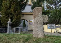 Krzyż pokutny obok kościoła św. Jadwigi. Mokrzeszów, gmina Świdnica, powiat świdnicki.