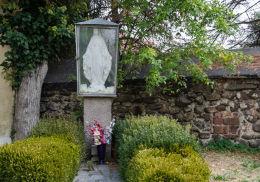 Oszklona kaplicza obok kościoła św. Jadwigi. Mokrzeszów, gmina Świdnica, powiat świdnicki.