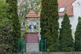 Przydrożna kapliczka murowana, stojąca w centrum wsi. Olszany, gmina Strzegom, powiat świdnicki.