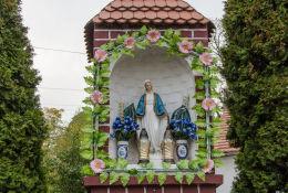 Fragment przydrożnej kapliczka murowanej z figurą Maryi. Olszany, gmina Strzegom, powiat świdnicki.