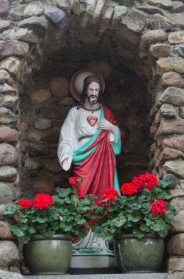 Figurą Chrystusa w kapilczce grocie obok kościoła Trójcy Świętej. Olszany, gmina Strzegom, powiat świdnicki.