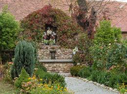 Kapliczka grota z figurą św Piotra obok kościoła Trójcy Świętej. Olszany, gmina Strzegom, powiat świdnicki.