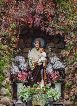 Figura św Piotra w kapilczce grocie obok kościoła Trójcy Świętej. Olszany, gmina Strzegom, powiat świdnicki.