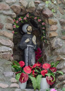Kapliczka grota obok kościoła Trójcy Świętej. Olszany, gmina Strzegom, powiat świdnicki.