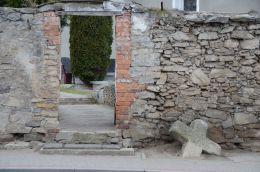 Kamienny krzyż pokutny stojący przy ulicy Kościelnej. Pastuchów, gmina Jaworzyna Śląska, powiat świdnicki.