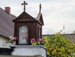 Przydrożna kapliczka drewniana na murze przy posesji nr 40. Stary Jaworów, gmina Jaworzyna Śląska, powiat świdnicki.