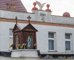 Przydrożna kapliczka drewniana. Stary Jaworów, gmina Jaworzyna Śląska, powiat świdnicki.