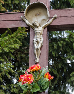 Figura Chrystusa na krzyżu stojącym przy polnej drodze. Stary Jaworów, gmina Jaworzyna Śląska, powiat świdnicki.