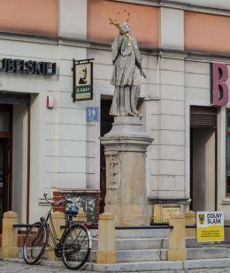 Barokowa figura św. Jana Nepomucena z 1735 roku stojąca w rynku przed przed kamienicą nr 19. Strzegom, powiat świdnicki.
