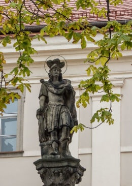 Figura św. Floriana z 1684 r. stojąca na dziedzińcu katedry św. Stanisława i św. Wacława. Świdnica, powiat świdnicki.
