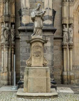 Figura św. Jana Nepomucena z 1727 r. stojąca przed katedrą św. Stanisława i św. Wacława. Świdnica, powiat świdnicki.