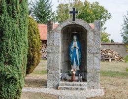 Kapliczka obok kościoła Wniebowzięcia Najświętszej Marii Panny. Wierzbna, gmina Żarów, powiat świdnicki.