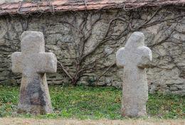 Krzyże pokutne obok kościoła Wniebowzięcia Najświętszej Marii Panny. Wierzbna, gmina Żarów, powiat świdnicki.