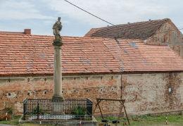 Kapliczka słupowa z figurą św. Jana Nepomucena z 1701 roku, prawdopodobnie najstarsza w Polsce. Wierzbna, gmina Żarów, powiat świdnicki.
