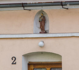 Kapliczka nad wejściem do budynku przy ulicy Kościelnej 2. Wierzbna, gmina Żarów, powiat świdnicki.