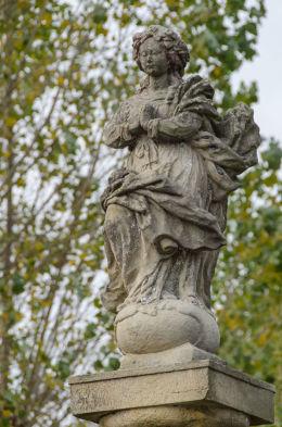 Figura św. Marii Niepokalanej na szczycie przydrożnej kolumny morowej stojącej przy ulicy Spokojnej. Wierzbna, gmina Żarów, powiat świdnicki.