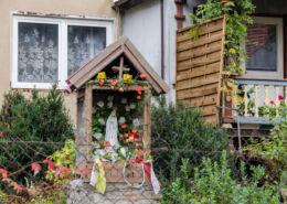 Przydrożna kapliczka drewniana. Wirki, gmina Marcinowice, powiat świdnicki.
