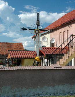 Przydrożny krzyż z fugurą Chrystusa wykonaną z blachy. Wiry, gmina Marcinowice, powiat świdnicki.