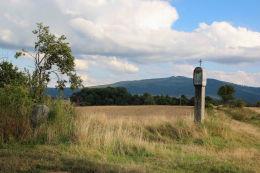 Kapliczka wykonana jest z jednego bloku granitu. Strzelce, gmina Marcinowice, powiat świdnicki.