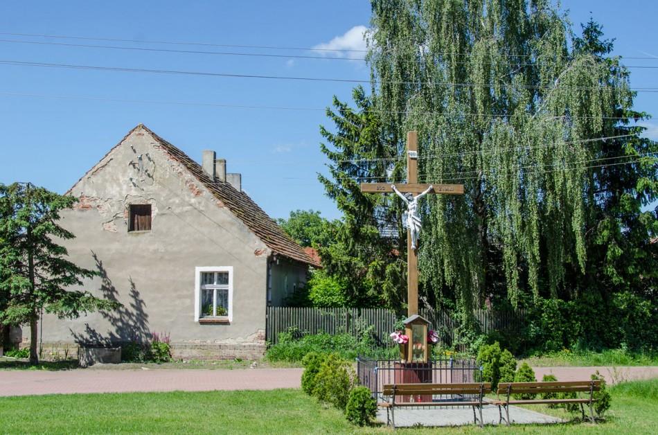 Przydrożny krzyż drewniany z kapliczką. Kliszkowice, gmina Żmigród, powiat trzebnicki.