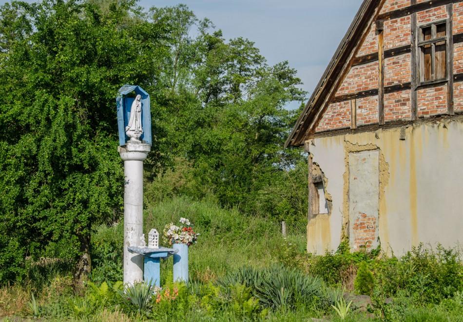 Przydrożna kapliczka kolumnowa. Niezgoda, gmina Żmigród, powiat trzebnicki.