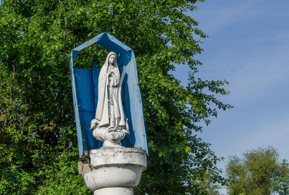 Figura Matki Boskiej na szczycie kapliczki przydrożnej. Niezgoda, gmina Żmigród, powiat trzebnicki.