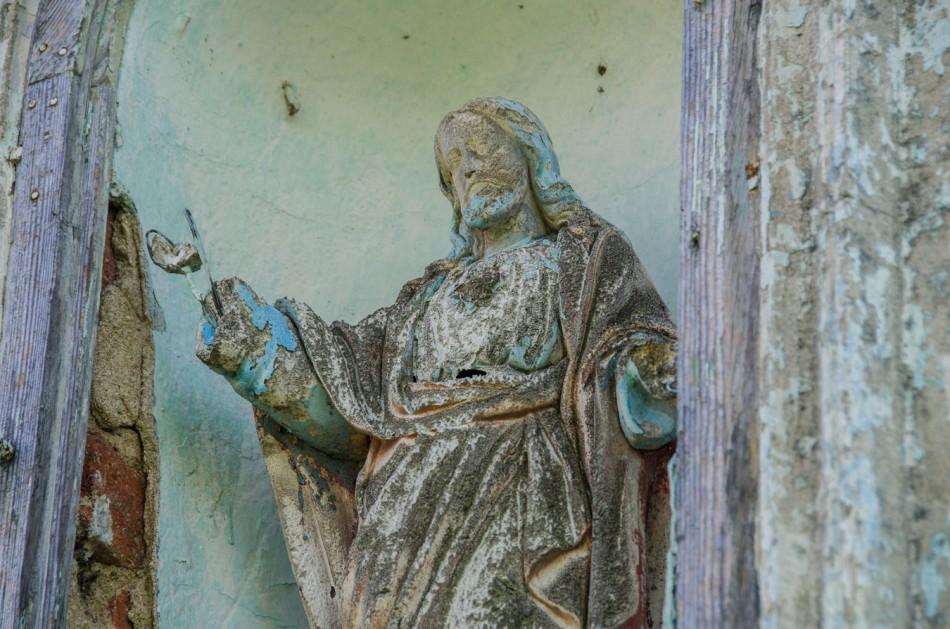 Figura Chrystusa we wnęce kapliczki kolumnowej. Powidzko, gmina Żmigród, powiat trzebnicki.