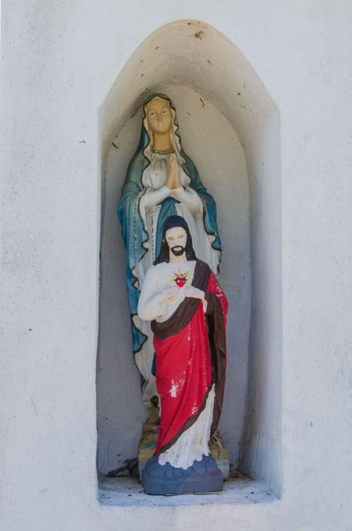 Fragment przydrożnej kapliczki z figurą Jezusa i Matki Boskiej. Radziądz, gmina Żmigród, powiat trzebnicki.
