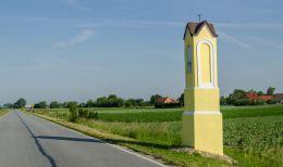 Kapliczka słupowa przy drodze do Żmigrodu. Kanclerzowice, gmina Żmigród, powiat trzebnicki.